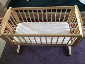 Swinging Moses crib with swing lock