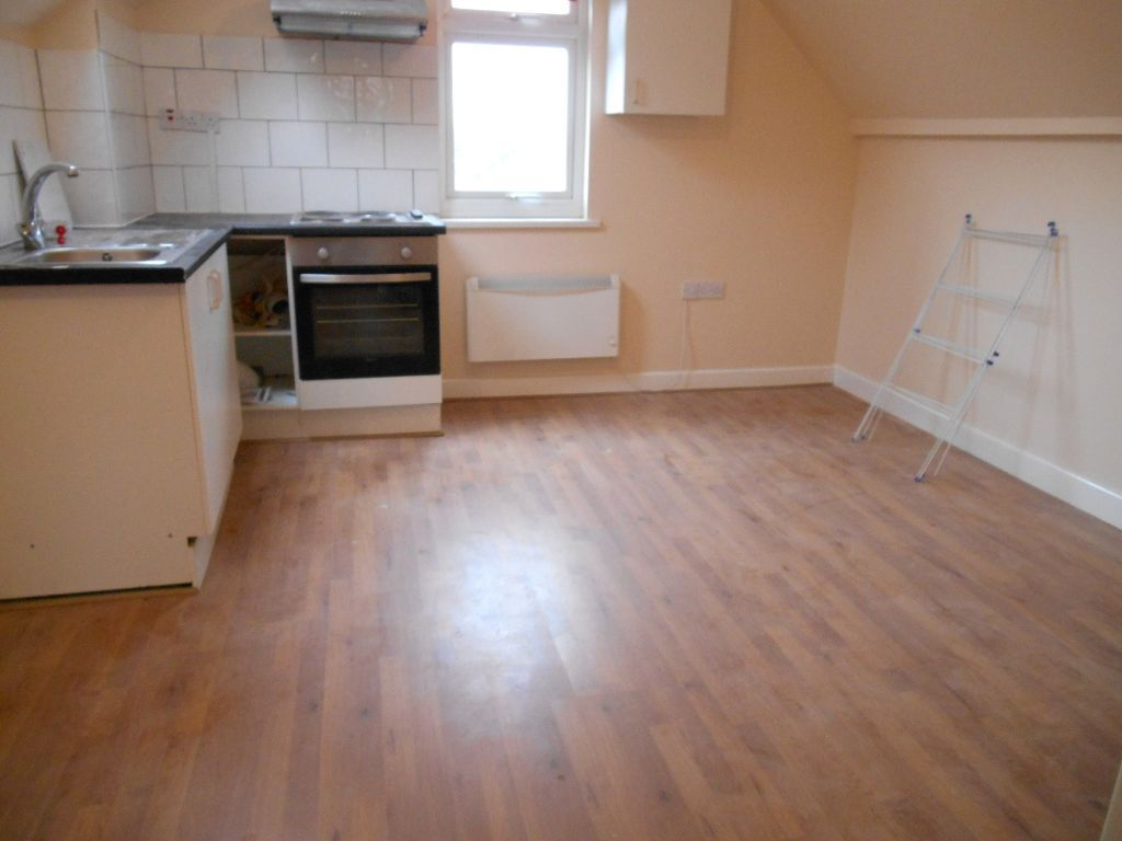 BILLS INCLUDED! NEWLY REFURBISHED LARGE BRIGHT 1 BEDROOM FLAT NEAR ZONE 2 TUBE & 24 HOUR BUSES
