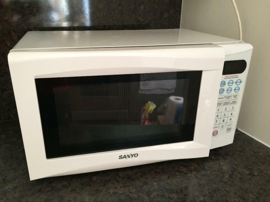 Used White Sanyo 700w Cat E Microwave Oven Great Condition Original Box