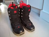 Mens/boys DC snowboard boots (Size 7) & snowboard (as set or separately)