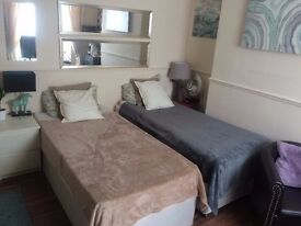 LARGE TWIN room 10 sec walk to Poplar Station E14 Wi-Fi Included