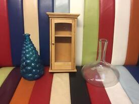 2x vase and little wardrobe