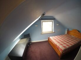 Ensuite double Bedroom in Poundhill, 5 Minute Walk to Three Bridges Station