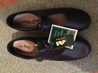 1 pair of ladies Free step leather shoes (Velcro)