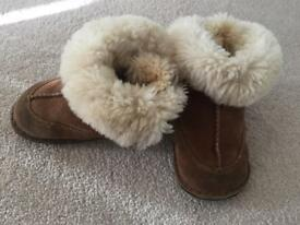 Girls Ugg boots size L (junior 7-8)