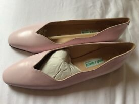Italian leather ladies pale pink shoe. Size 40.