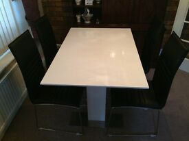Dinning Table Extending 4 to 6 Seater White ( NEW )