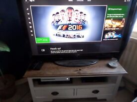 White Xbox one 500GB with one controller & Call of Duty. Used once