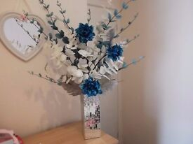 Lovely looking mirrored vase and flowers in vgc