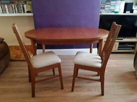 Large solid oval extending dinning table and 6 chairs
