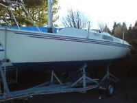 FREEDOM 21 CAT SAILBOAT WITH BRAKED ROAD TRAILER