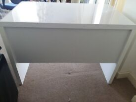 White high gloss desk. Roll out bit is missing see photos. Other than that its good condition.