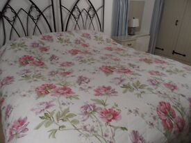 A DORMA DIAMOND QUILTED KINGSIZE LARGE BEDSPREAD IN COLOURS OF PINK GREEN LILAC