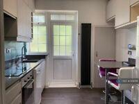 2 bedroom flat in Wykeham Road, London, NW4 (2 bed) (#1136018)