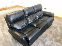 REAL LEATHER 3 SEATER RECLINER IN BLACK TOP GRADE LEATHER, IN GOOD WORKING ORDER, A FINE EXAMPLE