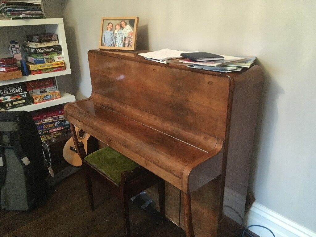 Upright D'Almaine piano. From aprox 1950/1960. Beautiful, but needs work on felts and keys.