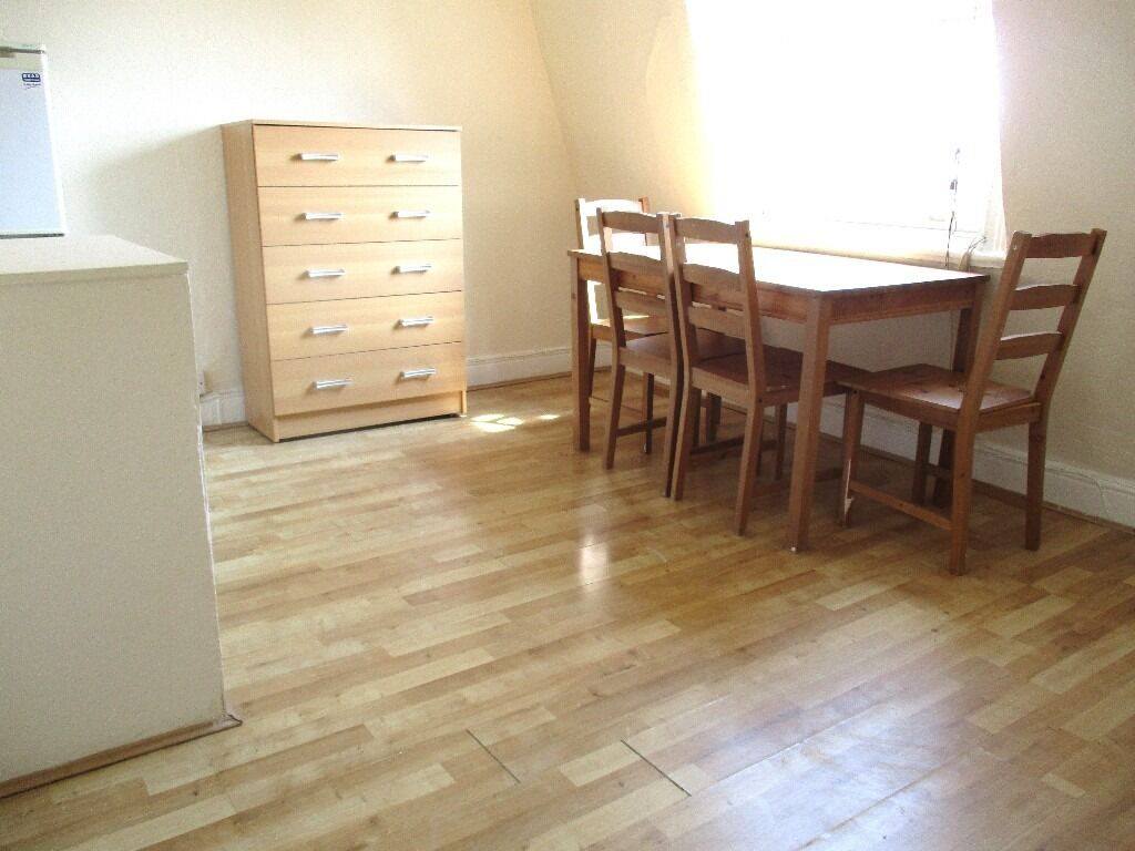 AMAZING VALUE! LOVELY BRIGHT 2 BEDROOM FLAT 5 MINS WALK TO ZONE 2 NIGHT TUBE, 24 HOUR BUSES & SHOPS