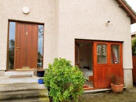 Sunny bedsit in residential Broughty Ferry, 5min walk to central Broughty Ferry.