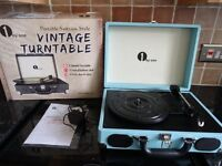 RETRO / VINTAGE LOOK SUITCASE STYLE RECORD PLAYER IN EXCELLENT CONDITION + MANUAL + PACKAGING