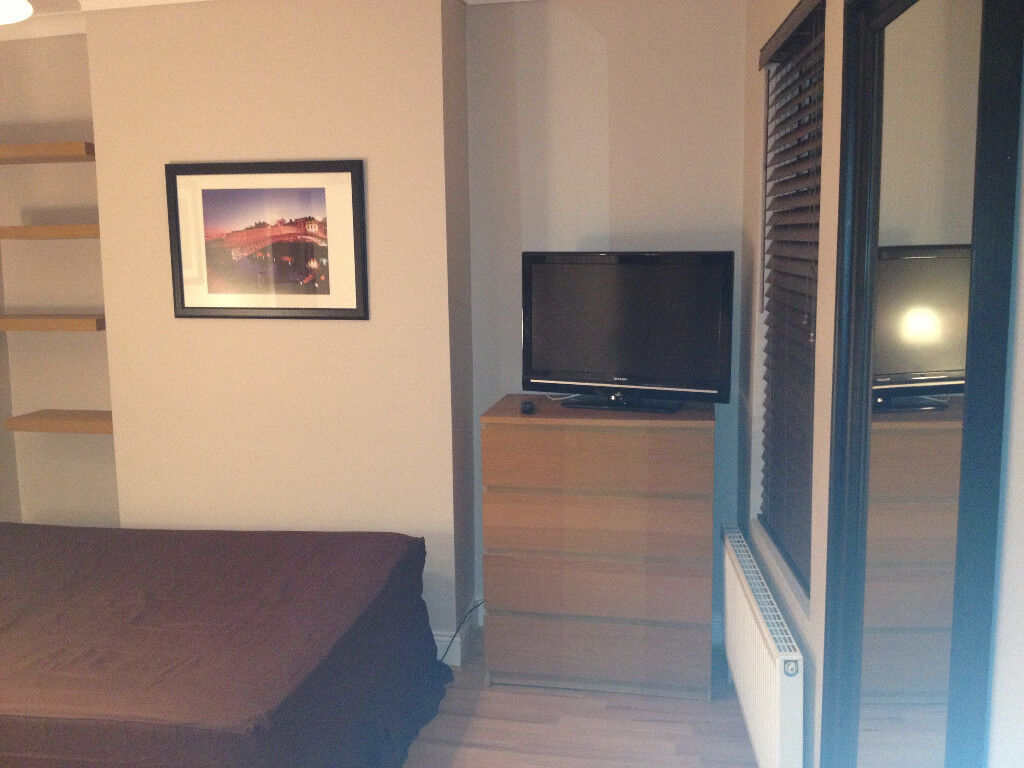 SHORT OR LONG TERM LARGE DOUBLE ROOM IN CLEAN AND QUIET HOUSE, 3 MIN WALK TOTTENHAM HALE TUBE,