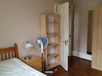 Double bed in 9 rooms shared flat at Avonmore rd Highway in London - Room 4