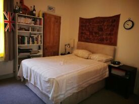 Large ensuite double bedroom in Hammersmith, available from 1st Oct.