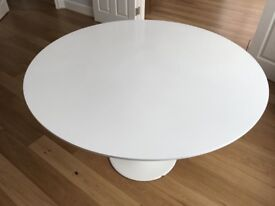 White lacquered round table - Saarinen Style