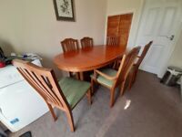 Extebdable dining table and 6 chairs