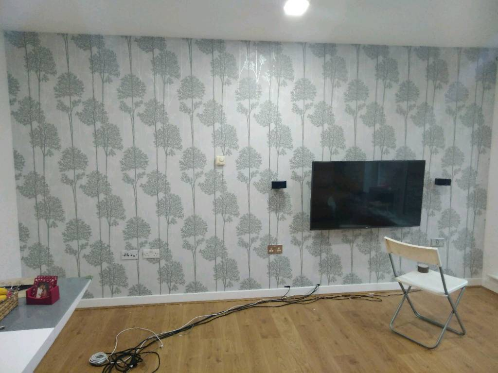 Painting wallpapers and flooring