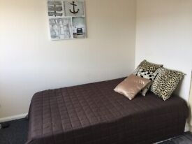 5A Irwin Approach Room 2-SPACIOUS ROOM-ACCESS TO COMMUNAL AREA-MOST BILLS INCLUDED!!!!!