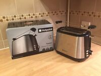 Hotpoint 2 slot toaster with warming rack, 7 Browning levels, 850W, Defrost, Reheat