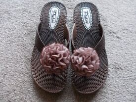 Brand new boxed Pulse coffee sandals size 3