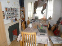 3 Bed house in West Reading with two bathrooms, fitted kitchen, lounge/diner, furnished, Near Tesco