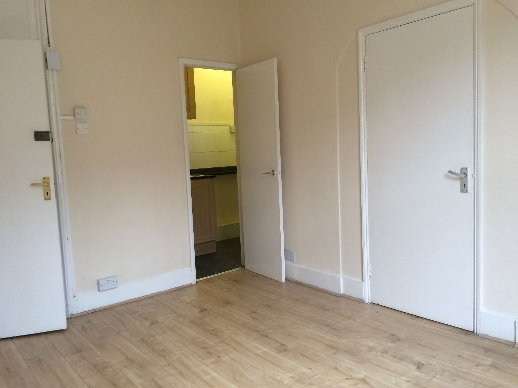*** REDUCED!!!*** RECENTLY REFURBISHED 1 BED FLAT - GREAT LOCATION - £1200PW
