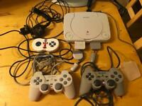 PS1 Consol Slim Small & White. 3 Controllers