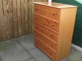 PINE 5 DRAWERS CHEST OF DRAWER IN GOOD CONDITION
