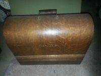 ANTIQUE COLLECTABLE SINGER SEWING MACHINE, HAND CRANK WOOD CASE