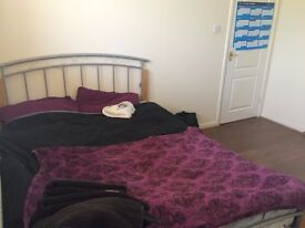AVAILABLE STRAIGHT AWAY! Double bedroom in a 3-bedroom shared house in Lenton