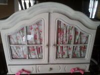 pretty dresser ... wall mounted or sit on unit....£49