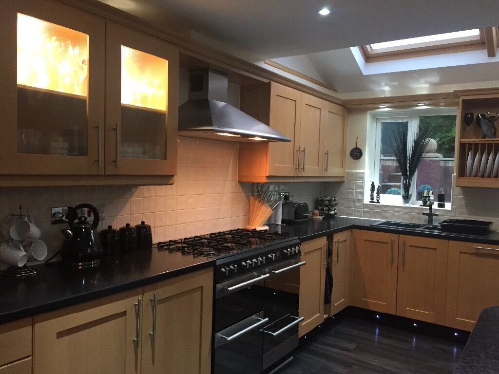 Beech effect kitchen with black worktops black compsite for Beech effect kitchen base units
