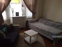 Studio flat in Elers Road, Ealing, W13