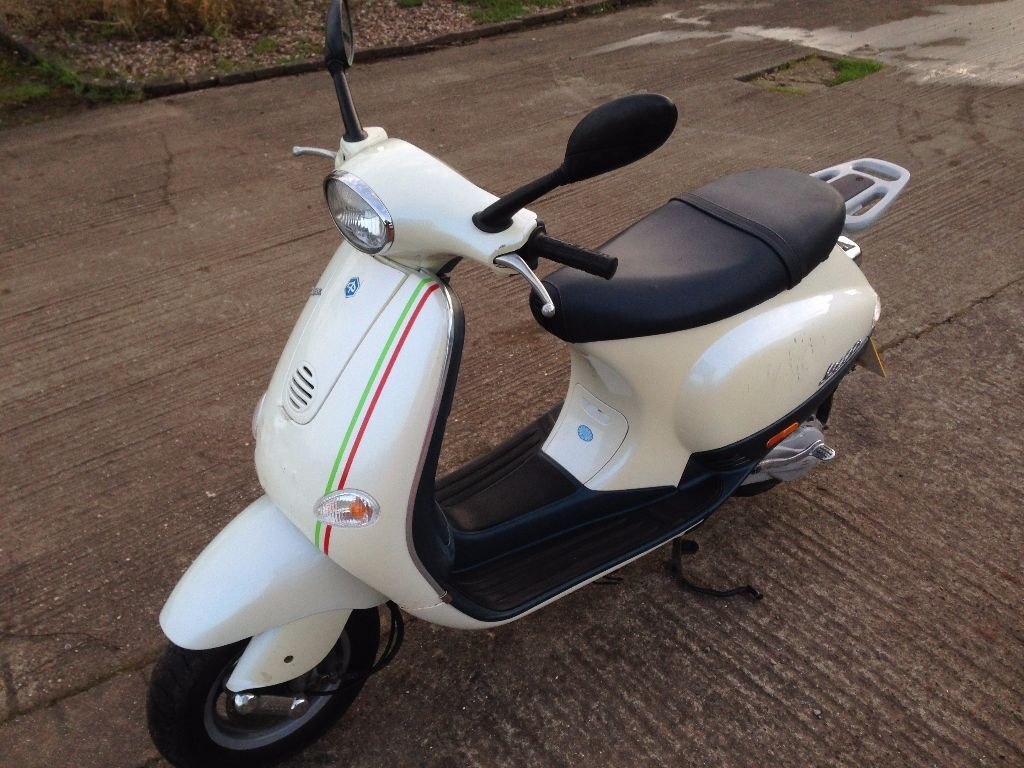 2004 piaggio vespa et2 50cc scooter lx50 lx 50 retro white cream in bridgwater somerset. Black Bedroom Furniture Sets. Home Design Ideas