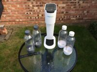 SODA STREAM PLUS 4 WATER BOTTLES AND 3 EMPTY GAS CYLINDERS FOR EXCHANGING £35
