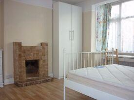 Spacious double room,zone 3, 2 min walk to Mitcham eastfields railstation,parking, bills&wifi incl