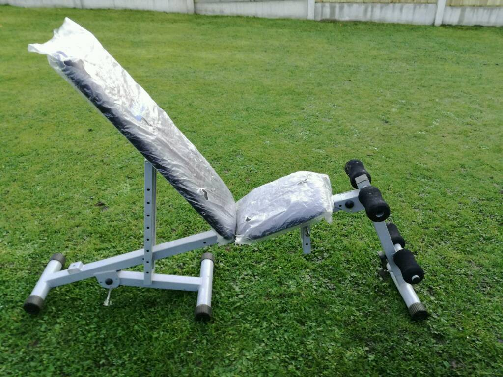 Adjustable weight training bench
