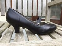 """NEW UNUSED """"Finish the look"""" black high heals size 6"""