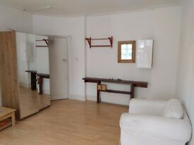 Spacious double room to let in Golders Green, NW11 - Courtleigh Gardens - very good location