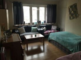 BRIGHT HAMMERSMITH LARGE TWIN ROOM SHARE AVAIL NOW