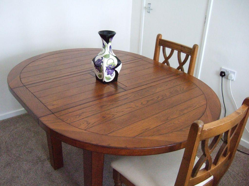A beautiful top quality round dining table with butterfly for Beautiful round dining tables