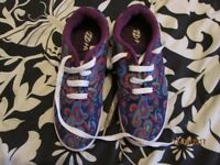 LADIES / GIRLS PURPLE PATTERNED HEELYS SKATER SHOES SIZE 6 AS NEW CONDITION